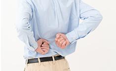 腰を押す男性の写真