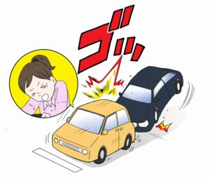 交通事故でむち打ちになる女性