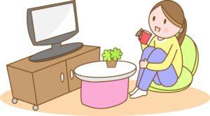 テレビを見ながらくつろぐ女性