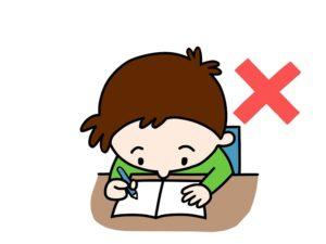 姿勢が悪い状態で勉強する子供