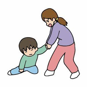 子供を引っ張る母親